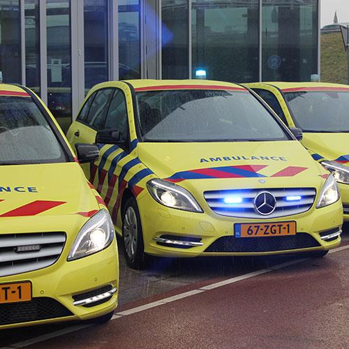 Bedrijfswagen bestickering Blomsma Print & Sign. Ambulance Nederland wagenpark bestickering belettering