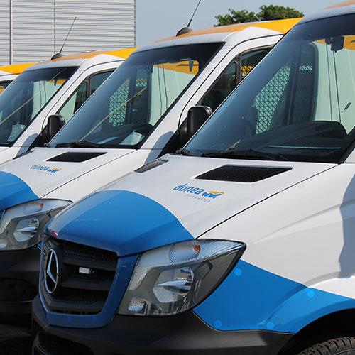 Bedrijfswagen bestickering Blomsma Print & Sign. Dunea wagenpark bestickering belettering