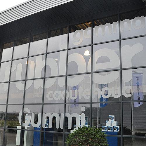 glasbestickering showroom rubbermagazijn in nuenen