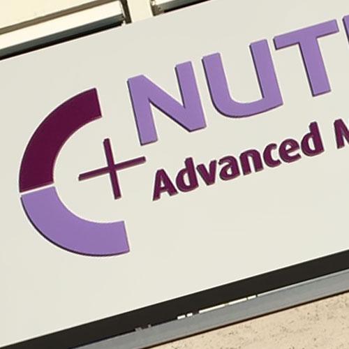 Nieuwe lichtbak nutricia met doorgestoken freesletters