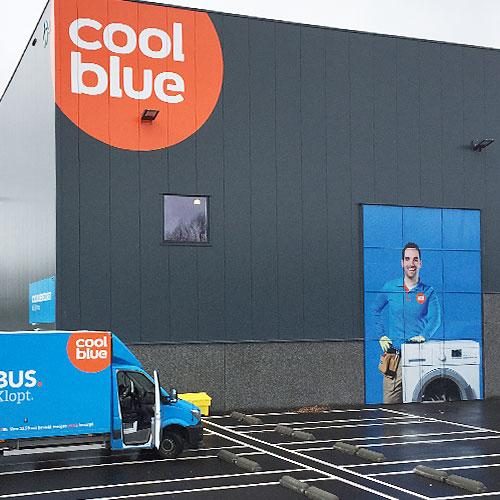 Gevelvisual op het magazijn van Coolblue in Tilburg