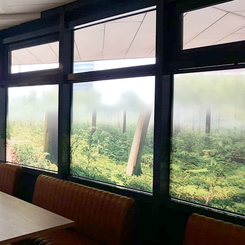 Grote raamdecoraties kantine Gemeente Rijswijk printverloop voor minder inkijk door Blomsma Print & Sign