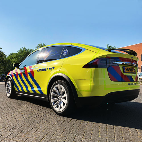 Tesla Model X gewraped naar ambulance voertuig UMCG Blomsma Print & Sign