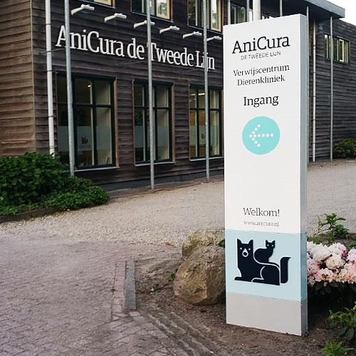 AniCura de Tweede Lijn voorzien van gevellichtreclame Blomsma Print & Sign