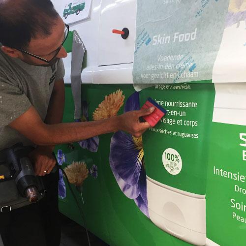 Blomsma Print & Sign Weleda autobestickering van wrap
