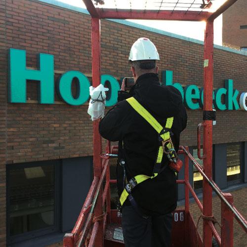 gevelreclame lichtreclame reclamezuilen bewegwijzering Hoornbeeck College Blomsma
